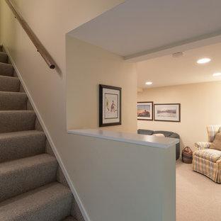Idée de décoration pour un sous-sol tradition enterré et de taille moyenne avec un mur jaune, moquette et aucune cheminée.