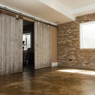 Idee per una taverna stile americano seminterrata di medie dimensioni con pareti marroni e nessun camino