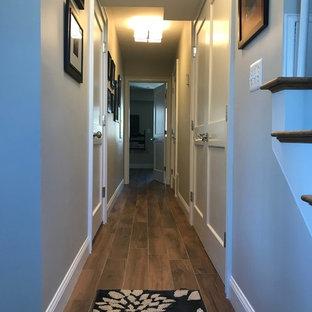 Idée de décoration pour un sous-sol tradition donnant sur l'extérieur et de taille moyenne avec un mur gris, un sol en carrelage de céramique et un sol marron.