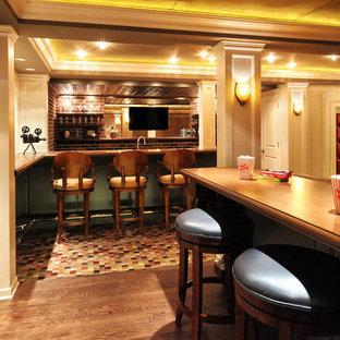 Ejemplo de sótano en el subsuelo tradicional con paredes blancas y suelo de madera en tonos medios