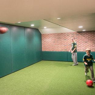 Exemple d'un grand sous-sol moderne enterré avec un mur vert, moquette, aucune cheminée et un sol vert.