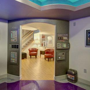Inspiration pour un sous-sol traditionnel semi-enterré et de taille moyenne avec un mur beige, un sol en linoléum et un sol violet.