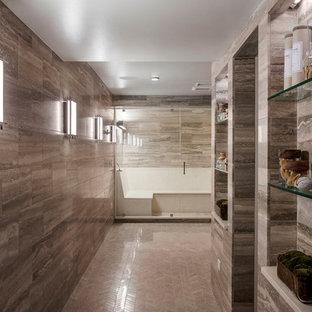 Idée de décoration pour un sous-sol design enterré avec un mur gris, un sol en calcaire et aucune cheminée.