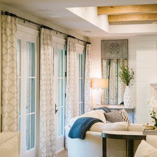 Esempio di una grande taverna classica con sbocco, pareti bianche, parquet chiaro, camino classico, cornice del camino in cemento e pavimento marrone
