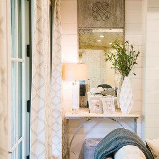 Aménagement d'un grand sous-sol classique donnant sur l'extérieur avec un mur blanc, un sol en bois clair, une cheminée standard, un manteau de cheminée en béton et un sol marron.