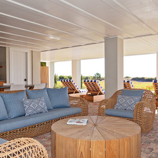Immagine di una taverna stile marino con pareti bianche e pavimento in mattoni