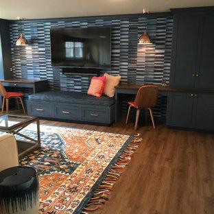 Cette photo montre un grand sous-sol chic donnant sur l'extérieur avec salle de jeu, un mur bleu, un sol en vinyl, un sol marron et du papier peint.
