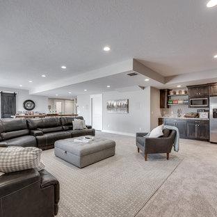 Cette photo montre un grand sous-sol craftsman avec un mur gris et moquette.