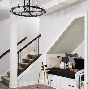 Réalisation d'un sous-sol tradition donnant sur l'extérieur et de taille moyenne avec un mur gris, un sol en vinyl et un sol gris.
