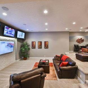 Idée de décoration pour un sous-sol tradition enterré et de taille moyenne avec un mur gris, moquette, aucune cheminée, un sol beige et salle de cinéma.