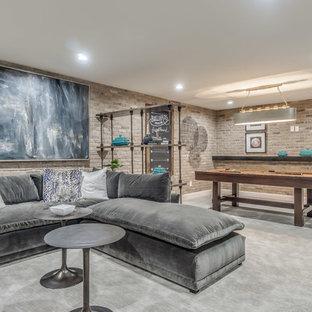 Inspiration pour un sous-sol traditionnel avec moquette, un sol gris et salle de jeu.