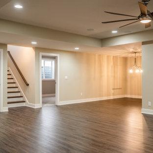 Idées déco pour un sous-sol classique donnant sur l'extérieur avec un mur beige, un sol en bois foncé, un sol marron et un plafond décaissé.