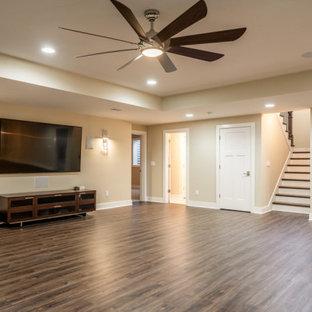 Aménagement d'un sous-sol classique donnant sur l'extérieur avec un mur beige, un sol en bois foncé, un sol marron et un plafond décaissé.