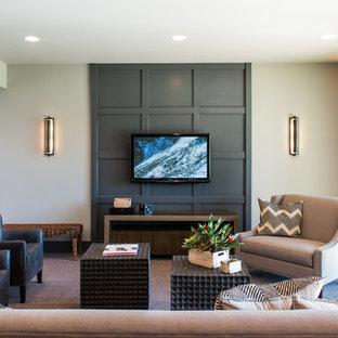 Idéer för en mellanstor amerikansk källare ovan mark, med beige väggar och heltäckningsmatta