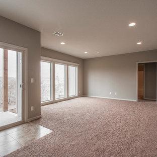 Idée de décoration pour un grand sous-sol tradition donnant sur l'extérieur avec un mur gris, moquette et un sol rose.