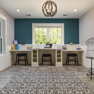 Idées déco pour un grand sous-sol craftsman donnant sur l'extérieur avec un mur bleu, sol en stratifié et un sol beige.