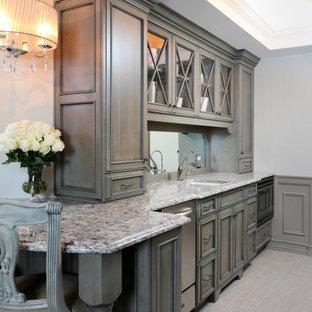 Inspiration pour un grand sous-sol traditionnel enterré avec un bar de salon, un mur gris, un sol en carrelage de porcelaine, un sol beige, un plafond décaissé et du lambris.