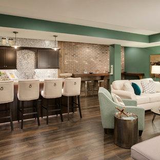 Inspiration pour un grand sous-sol traditionnel donnant sur l'extérieur avec un mur vert, un sol en bois foncé, aucune cheminée et un sol marron.