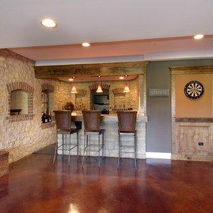 Idée de décoration pour un grand sous-sol tradition semi-enterré avec un mur gris, un sol en linoléum et un sol marron.