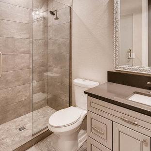 Inspiration för en stor funkis källare utan fönster, med vita väggar, heltäckningsmatta och brunt golv