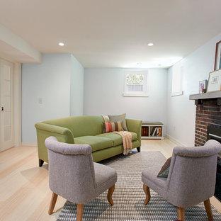 Réalisation d'un petit sous-sol design enterré avec un mur bleu, un sol en bambou et un manteau de cheminée en brique.