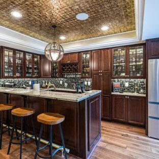 Cette photo montre un grand sous-sol tendance donnant sur l'extérieur avec salle de cinéma, une cheminée standard, un sol marron, un plafond décaissé et boiseries.