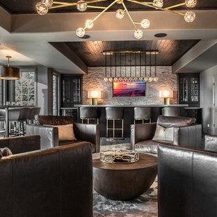 シカゴの大きいコンテンポラリースタイルのおしゃれな地下室 (半地下 (窓あり) 、グレーの壁、濃色無垢フローリング、暖炉なし、グレーの床) の写真