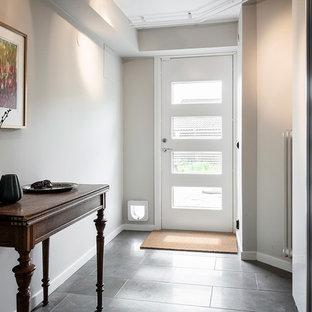 Inspiration för mellanstora minimalistiska källare ovan mark, med beige väggar, kalkstensgolv och grått golv