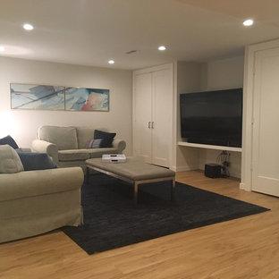 Exemple d'un sous-sol tendance semi-enterré et de taille moyenne avec un mur blanc, un sol en vinyl et un sol beige.