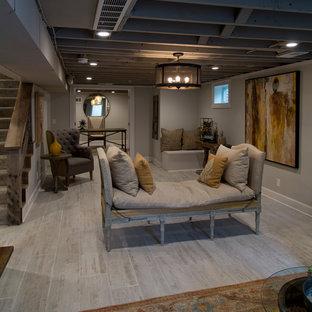 Bild på en stor lantlig källare utan fönster, med grå väggar, ljust trägolv och grått golv