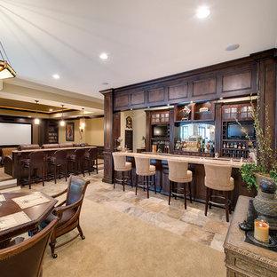 Cette image montre un sous-sol traditionnel enterré avec un mur beige, un sol beige et un bar de salon.