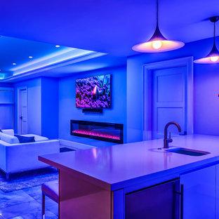 Idee per una taverna classica interrata di medie dimensioni con pareti bianche, pavimento in marmo, camino lineare Ribbon, cornice del camino in mattoni e pavimento grigio