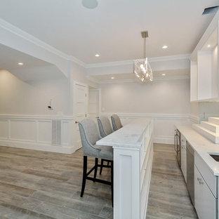 Exemple d'un grand sous-sol chic avec un mur beige et un sol en carrelage de céramique.