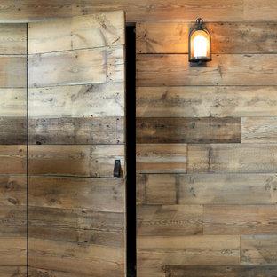 Idées déco pour un sous-sol bord de mer en bois avec un mur marron.