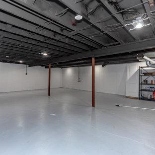Idées déco pour un très grand sous-sol classique semi-enterré avec un mur blanc, béton au sol, aucune cheminée et un sol gris.