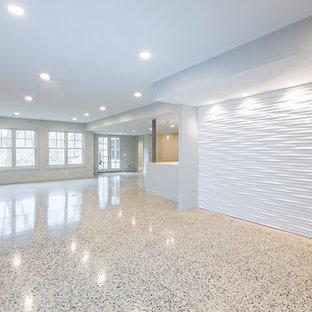 Réalisation d'un très grand sous-sol tradition donnant sur l'extérieur avec un mur blanc, un sol en marbre, une cheminée standard et un sol beige.