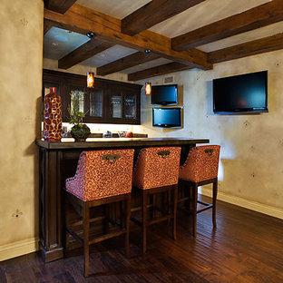 Exemple d'un sous-sol chic donnant sur l'extérieur et de taille moyenne avec un mur beige, un sol en bois foncé et aucune cheminée.