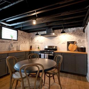 Cette photo montre un sous-sol chic avec un sol en carrelage de porcelaine, un plafond en poutres apparentes et du papier peint.