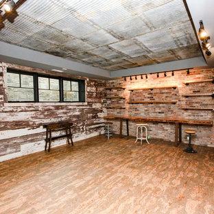 Inspiration pour un grand sous-sol rustique semi-enterré avec un mur beige, un sol en bois peint, aucune cheminée et un sol rouge.