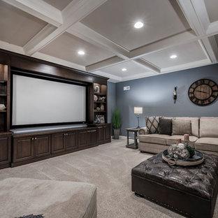 Cette photo montre un sous-sol chic avec un mur bleu, moquette et aucune cheminée.