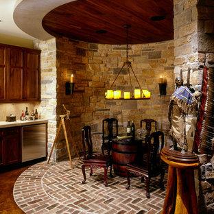Idée de décoration pour un sous-sol tradition avec un sol en brique.