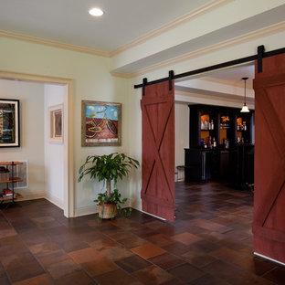 Idée de décoration pour un sous-sol tradition enterré et de taille moyenne avec un mur beige, un sol en carreau de terre cuite et aucune cheminée.
