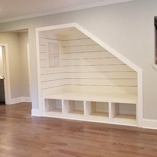 Großer Country Hochkeller mit beiger Wandfarbe, braunem Holzboden und braunem Boden in Atlanta