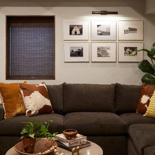 Inspiration pour un sous-sol traditionnel enterré avec un mur gris, un sol en vinyl, un sol marron et un plafond en bois.