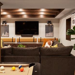Réalisation d'un sous-sol tradition enterré avec un mur gris, un sol en vinyl, un sol marron et un plafond en bois.