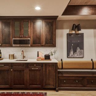 Idée de décoration pour un sous-sol tradition enterré avec un mur gris, un sol en vinyl, un sol marron et un plafond en bois.