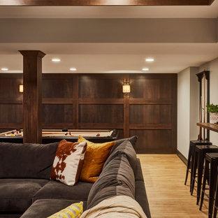 Aménagement d'un sous-sol classique en bois enterré avec un mur gris, un sol en vinyl, un sol marron et un plafond en bois.