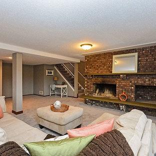 Réalisation d'un sous-sol tradition donnant sur l'extérieur et de taille moyenne avec un mur beige, moquette, une cheminée standard, un manteau de cheminée en brique et un sol beige.
