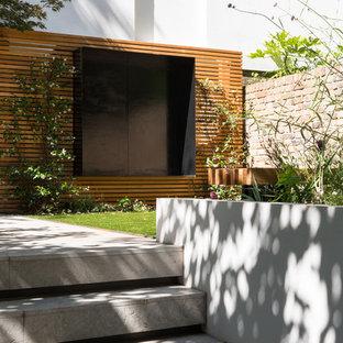 Idées déco pour un petit sous-sol contemporain donnant sur l'extérieur avec un mur gris, un sol en carrelage de porcelaine et aucune cheminée.
