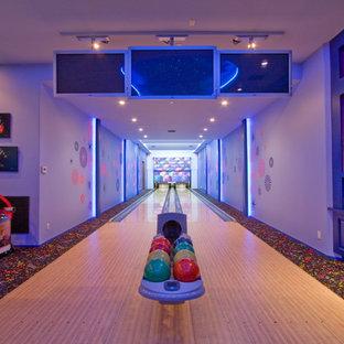 Moderner Fitnessraum mit Indoor-Sportplatz in Los Angeles